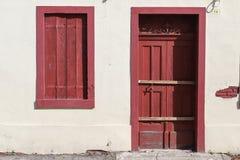 Alte Hauswand mit hölzerner Tür und Fenster stockfotos