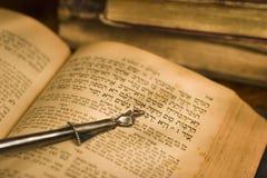 Alte hebräische Bibel und Nadelanzeige Stockbild