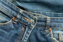 Alte heftige Blue Jeans stecken ein Beschaffenheit oder Hintergrund stockfotografie