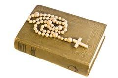 Alte heilige Bibel mit Kreuz Lizenzfreie Stockfotos
