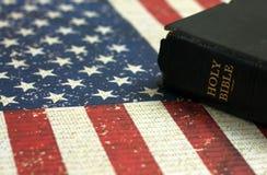 Alte heilige Bibel und die amerikanische Flagge lizenzfreie stockbilder