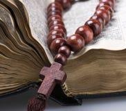 Alte heilige Bibel und Rosenkranzperlen Lizenzfreie Stockbilder