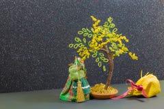 Alte Hexe mit gelbem Baum und Tasche Stockbild