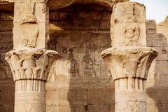 Alte Hieroglyphen noch sichtbar in der Farbe auf dem Äußeren von Edfu-Tempel nahe Luxor Ägypten lizenzfreie stockfotos