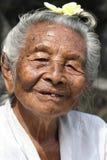 Alte hinduistische Dame von Bali, Indonesien Stockbild