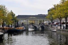 Alte historische Brücke in der niederländischen Stadt von Leiden Lizenzfreies Stockbild