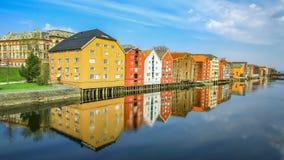 Alte historische Gebäude entlang dem Fluss Nidelva in Trondheim Stockfotografie
