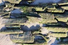 alte historische hölzerne Plattform auf der Bank des Nord-Dvina-Flusses, denn flößt Klotz gesammelten sich hin- und herbewegenden Lizenzfreie Stockfotografie
