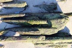 alte historische hölzerne Plattform auf der Bank des Nord-Dvina-Flusses, denn flößt Klotz gesammelten sich hin- und herbewegenden Lizenzfreies Stockfoto