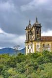 Alte historische Kirche hoch in einem der einiger Berge der Stadt von Ouro Preto Lizenzfreie Stockfotografie