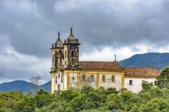 Alte historische Kirche hoch in einem der einiger Berge der Stadt von Ouro Preto Lizenzfreie Stockfotos