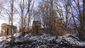 Alte historische Landsitzzustandsruinen im Winterpanorama stock footage