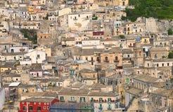Alte historische sizilianische Stadt auf einem Kalksteinhügel Lizenzfreie Stockfotografie