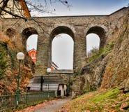 Alte historische Steinbrücke auf Fluss unter dem Nebel an Region Schwarzen Meers von der Türkei Stockfotos