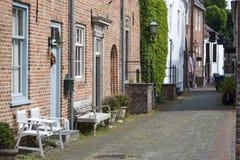 Alte historische Straße mit Bänke stockfoto