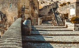 Alte historische Szene mit dem hölzernen typischen Werkzeug der Lastwagen- und Weinfässer in der Vergangenheit benutzt in Matera, Stockfoto