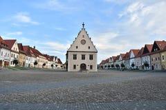 Alte historische Wand, Kirche und Turm Bardejov lizenzfreies stockbild