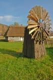 Alte historische Windmühle gegen Häuschen Stockfoto