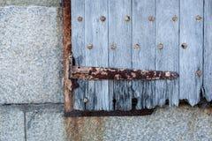 Alte hölzerne Fensterläden mit Rusty Metal Stockfotografie