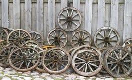 Alte hölzerne Räder von einem Warenkorb Stockbilder