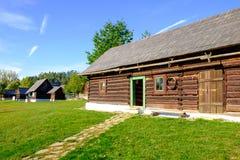Alte hölzerne Scheune und traditionelle Dorfhäuser, Slowakei Stockbild