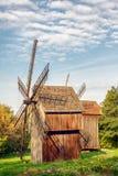 Alte hölzerne traditionelle ukrainische Windmühle Lizenzfreie Stockfotos