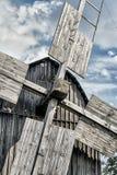 Alte hölzerne traditionelle ukrainische Windmühle Lizenzfreie Stockbilder