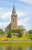 Alte hohe Kirche angesehen über vom Fluss Ness. Stockfotografie