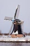 Alte holländische Windmühle in einer Winterlandschaft Stockfotografie