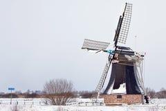 Alte holländische Windmühle in einer Winterlandschaft Lizenzfreie Stockfotografie
