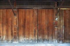 Alte Holz- und Eisentürweinleseart stockbilder