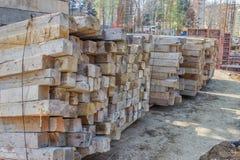 Alte Holzbalken für Rahmen, gestapelt an Baustelle 2 Lizenzfreies Stockbild