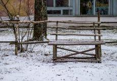 Alte Holzbank im Dorf Museum Stockbild