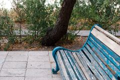 Alte Holzbank im Park Lizenzfreie Stockfotos