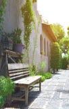 Alte Holzbank im Park unter warmem Sonnenlicht Lizenzfreies Stockfoto