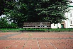 Alte Holzbank im Sommerpark Lizenzfreies Stockbild