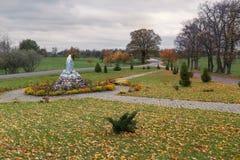 Alte Holzbank im Stadtpark natürlicher Weinleseherbsthintergrund Stockbild