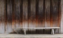 Alte Holzbank mit der alten Weinlese hölzern Stockfotografie