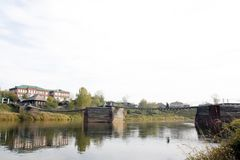 Alte Holzbrücke über dem Fluss Lizenzfreie Stockfotos