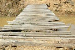 Alte Holzbrücke über dem Fluss in der Landschaft Stockfotos