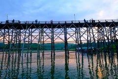 Alte Holzbrücke über dem Fluss u. dem x28; Montag Bridge& x29; in Sangkhlaburi-Bezirk Kanchanaburi, Thailand Stockfotografie
