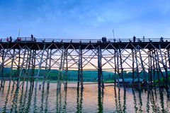 Alte Holzbrücke über dem Fluss u. dem x28; Montag Bridge& x29; in Sangkhlaburi-Bezirk Kanchanaburi, Thailand Lizenzfreie Stockfotografie