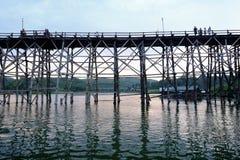 Alte Holzbrücke über dem Fluss u. dem x28; Montag Bridge& x29; in Sangkhlaburi-Bezirk Kanchanaburi, Thailand Stockfoto