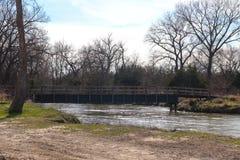 Alte Holzbrücke über dem Platte River stockbild