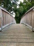 Alte Holzbrücke über einem kleinen Fluss Stockbilder