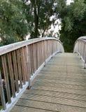 Alte Holzbrücke über einem kleinen Fluss Lizenzfreie Stockfotos