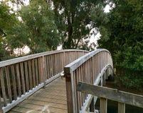 Alte Holzbrücke über einem kleinen Fluss Stockbild
