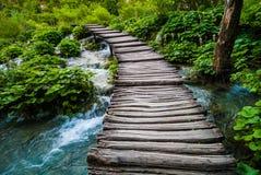 Alte Holzbrücke über Fluss Stockfotos