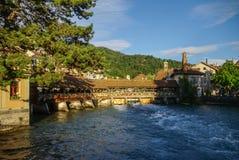 Alte Holzbrücke auf Aare-Fluss in der alten Stadt von Thun in Switz Stockfotografie