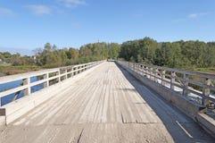 Alte Holzbrücke in der ländlichen Landschaft Stockfoto